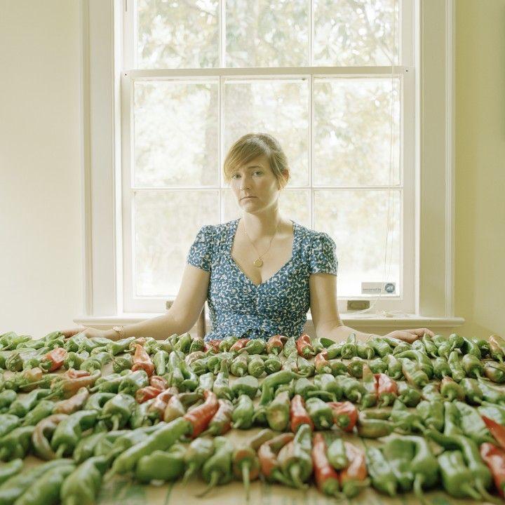 """""""Lifeblood"""" : une magnifique série sur les liens familiaux, à découvrir sur le site de #fisheyelemag ! [Photo: © Meg Griffiths / Extrait de """"Lifeblood""""] #photo #photographie #photography #lifeblood #MegGriffiths #family #woman #portrait #piments #peppers"""