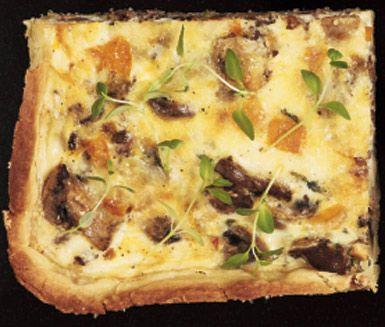 Ett utsökt recept på stor paj i långpanna med svamp och viltskavsfyllning. Du gör pajen av bland annat smör, mjöl, ägg, mjölk, svamp, lök, paprika, viltskav och västerbottensost. Mättande och otroligt gott!