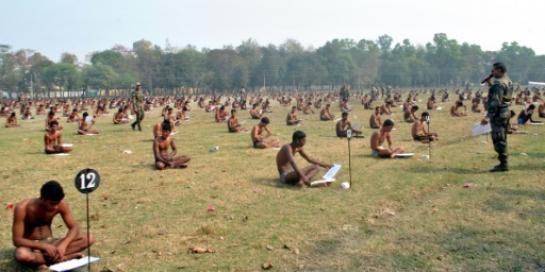 Des candidats passent l'examen en sous-vêtements en Inde