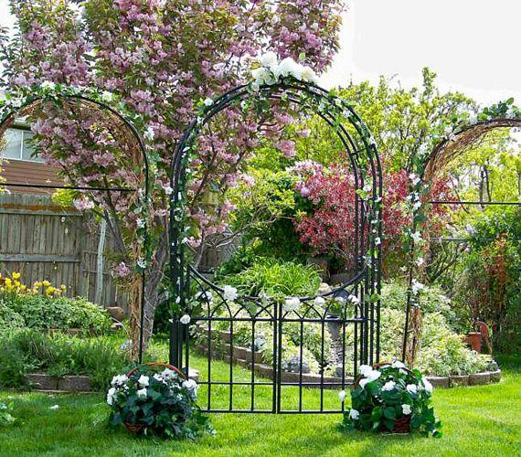 A kovácsoltvas virágboltívek és virágkapuk a kerti esküvők fő díszei lehetnek. Ráadásul számos stílusban bérelhetők és kaphatók, sőt, az esküvő hangulatának megfelelően válogathatjátok össze a boltíveket díszítő virágokat. Rusztikus menyegzőn szóba jöhetnek a szolidabb mezei, kerti virágok, ám, ha a finom eleganciát szeretnétek hangsúlyozni, dönthettek fehér kála, orchidea, illetve rózsa mellett.