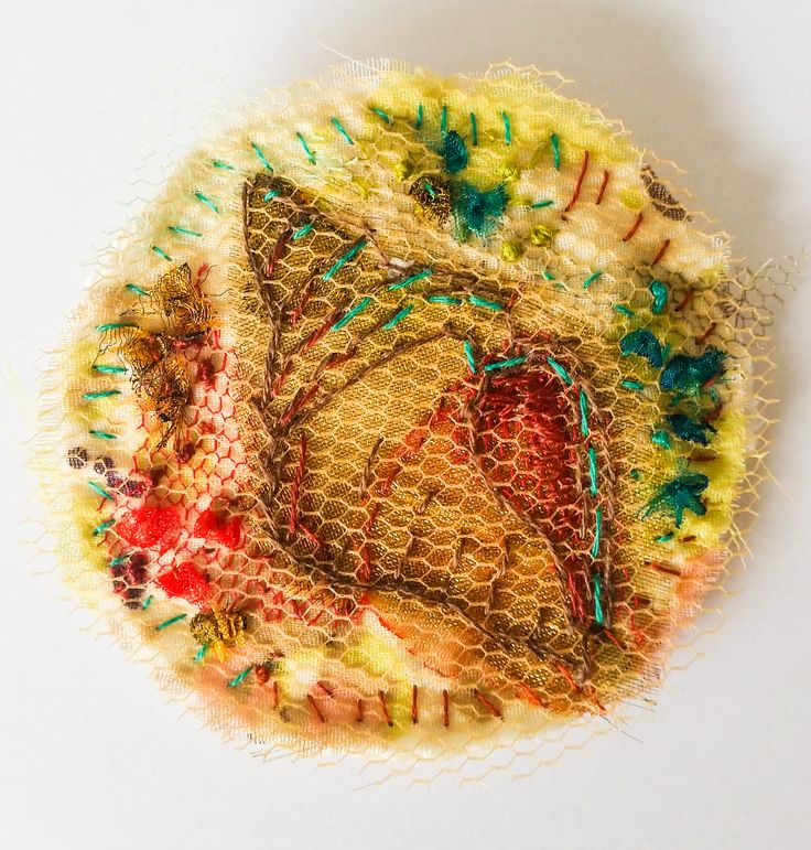 Broche Wulk - katoen, tule en borduurwerk Ø 6,5 cm #textile #recycled textile#embroidery stitch #textile art