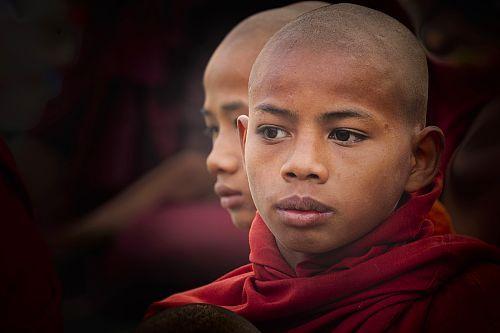 Myanmar (Birmanie), division de Mandalay, Bagan (Pagan), site de Bagan classé Patrimoine Mondial de l'UNESCO, deux jeunes moines bouddhistes  Date prise de vue : 15/01/2014 Crédit : DE WINTER - VAN ROSSEM / hemis.fr