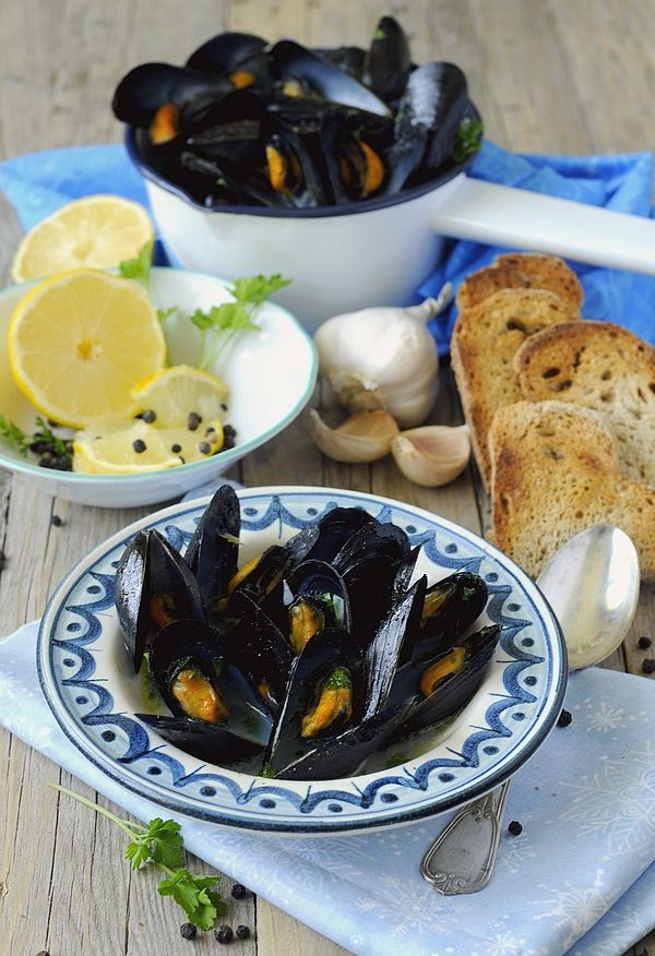 IMPEPATA DI COZZE - It is a simple dish from the area of Naples, very easy to prepare. The only ingredients are mussels, garlic an parsley