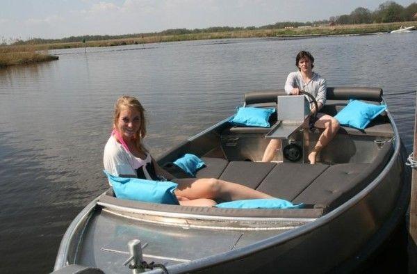 Tijdens uw vakantie kunt u gemakkelijk een fluisterboot of kano huren om zo het prachtige gebied te verkennen. Het is natuurlijk ook mogelijk om een motorboot te huren. Zo kunt u mooie tochtjes maken naar bijvoorbeeld Giethoorn, De Wetering, Blokzijl, Ossenzijl, Steenwijk of Meppel. U kunt uiteraard ook zelf uw bootje meenemen! http://www.heerlijkehuisjes.nl/nl/vakantiehuizen-weerribben-wieden
