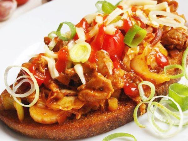 Kuřecí prsa nakrájená na nudličky, naložená se sójovkou, olejem, chilli a curry. Poté restovaná s paprikpu, cibulí, česnekem a pórek. Podávané na topinkách.