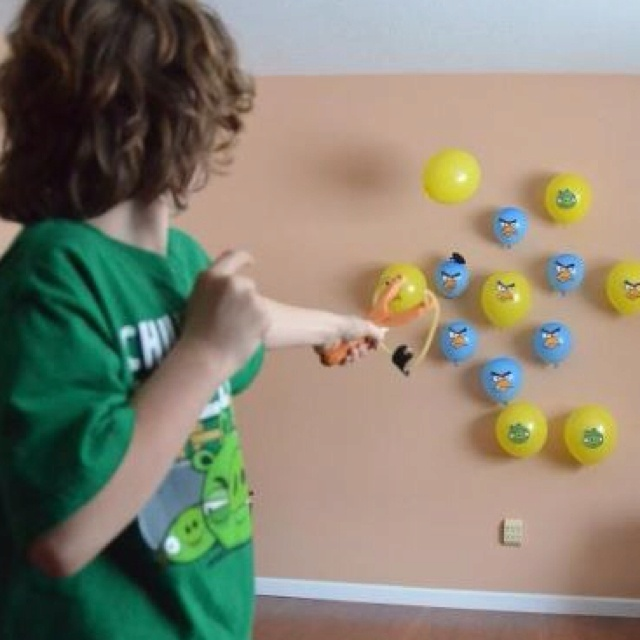 Party Game: Stick balloon angry birds on the wall and shoot at them with a slingshot!