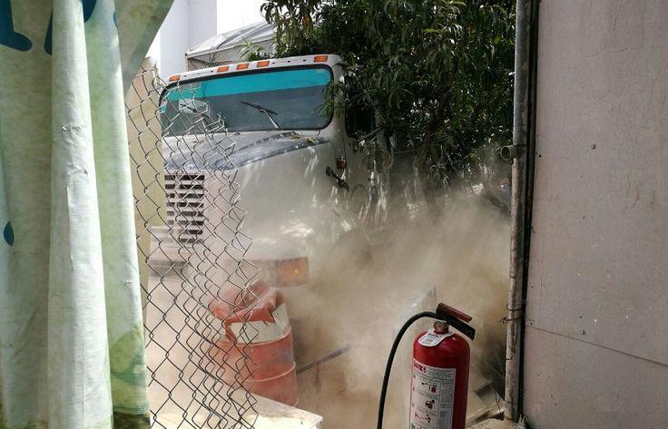 A unos días de que un tractor camión se quedará sin frenos y chocará contra la caseta de cobro de San Ángel Zurumucapio, nuevamente este jueves un camión tipo Torton ...