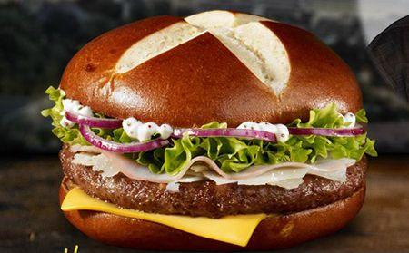 Бургер с ветчиной   Для приготовления бургера с ветчиной потребуется:   0,5 килограммов ветчины; 6 штучек листков салата; 1 штучка красненького лучка; кориандр; растительное маслице; майонез; соль; 1 штучка лучка; кетчуп; 1 кусочек хлебушка; 2 штучки огурчика; 12 ломтиков сырка чеддер; 1 штучка яичка; 3 стол. ложечки сливок; 2 штучки помидорчиков; панировочные сухарики; 12 штучек булочек для бургеров; перчик черный.   Приготовление:  Хлебушек замочить в сливках и тщательно разминать…