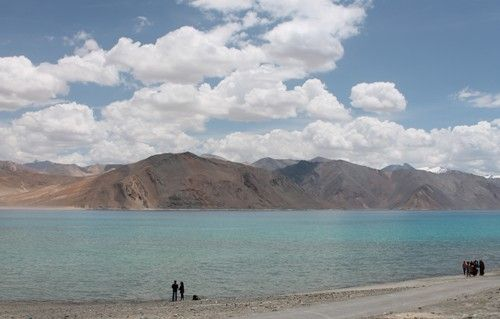 Hồ Pangong - vẻ đẹp mê hoặc mang sắc màu tôn giáo  Là bối cảnh trong bộ phim bom tấn của Bollywood, hồ Pangong không chỉ cuốn hút du khách nhờ màu nước trong xanh mà còn ở vẻ đẹp tôn giáo.  #dulichvietnam #24hdulich #tintucdulich #sotaydulich #camnangdulich