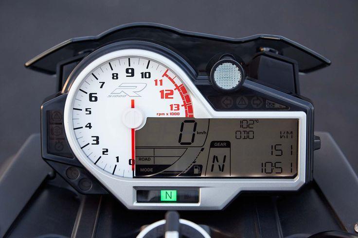 2014 BMW S1000R :Un nouveau tableau de bord et de nouvelles fonctionnalités apparaissent sur la S 1000 R. Sur son écran LCD, outre les informations standards et celles fournies par l'ordinateur de bord, on peut y lire le rapport engagé, le mode activé et chronométrer ses tours de piste (avec des informations sur les pourcentages de freinage et d'accélération ou le nombre de passage de rapports).