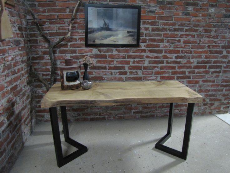 Rustiikkinen tammipöytä yhdestä lankusta, metallijalat. Rustic table with broad and thick oak plank and metal legs.