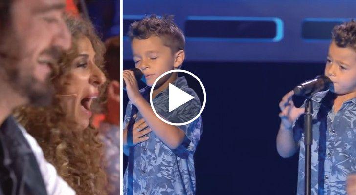 Due gemelli salgono sul palco del talent show. La loro voce conquista subito i giudici!