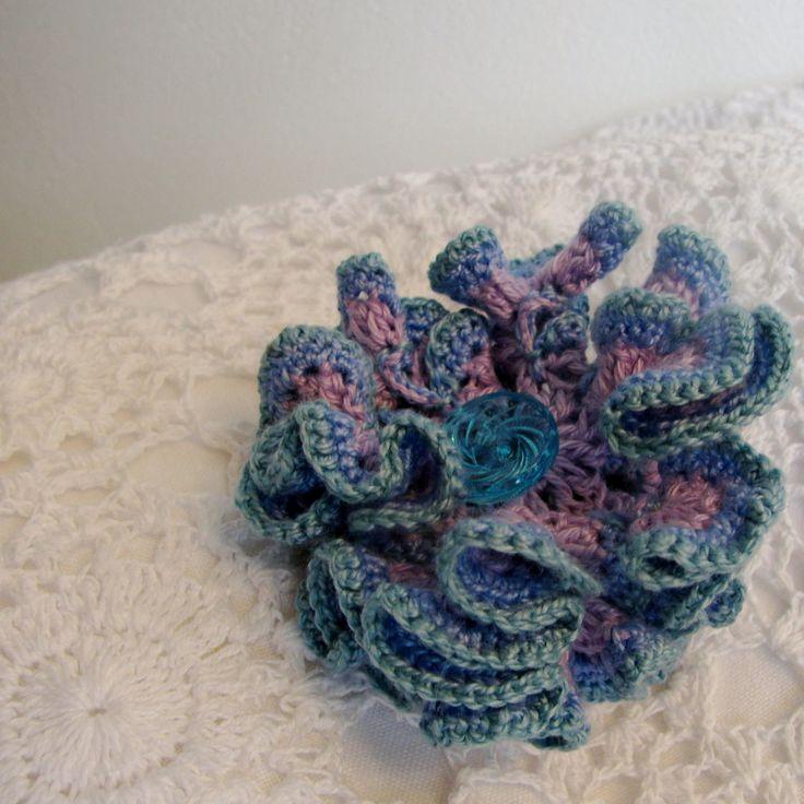 Zímní červánky - háčkovaný květ (na objednávku) Nebe se dotýká země. A na tomto místě rozkvétá barevný květ, jen k němu přivonět... Tato květina je uháčkována ze slabých bavlněných přízí (fialový základ, světle modrý střed , okraje ocelová modř). Doplněno modrým knoflíčkem. Má průměr cca 5,5 cm. Možno použít nejen na tašku, ale také ...
