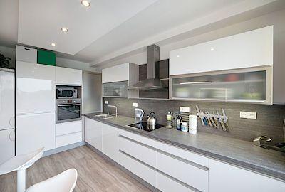 Na míru řešená kuchyň do všech detailů využívá moderní materiály a skvěle vypadá.