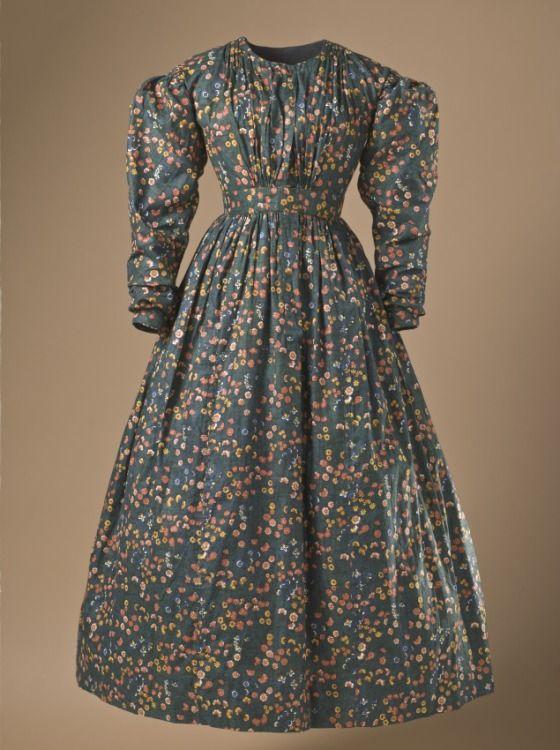 """Robe, coton imprimé, Europe vers 1836. Motif proche de celui de la manufacture Oberkampf """"bonnes herbes"""". Conservé au Lacma, Los Angeles, M.2007.211.670."""