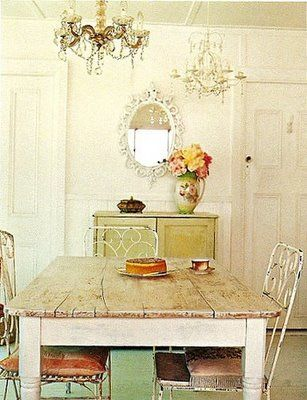 Gorgeous country style dinning room, I love the mirror, chandeliers and rustic furniture combination!