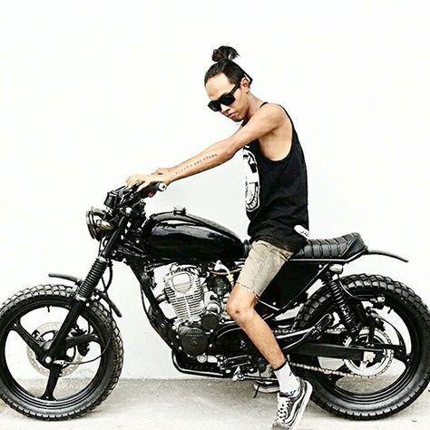 Cah #kemampleng itu selalu tampil bukan karena ingin menunjukkan kegantengannya hanya bermaksud sebagai objek pembanding proporsi antara motor dan pengendaranya... Nama motornya Djoko Polah, Honda Tiger/GL200 Owner @mbooolll - #artnarchycustomstyle #buildnotbought #custom #customculture #bratstyle #caferacer #scrambler #tracker #japstyle #biker #instamoto #kustom #kustomkulture #jogja #motorcustom #motorart #rideordie #ridersyariah #skarepkupreksu #saint_motors #pancalmubalgaspollblarrr