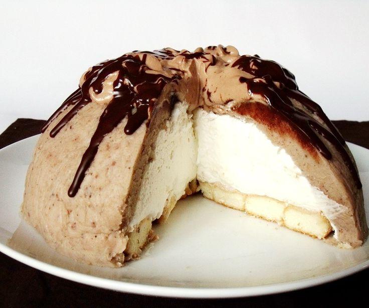 Sütés nélkül, egyszerűen elkészíthető desszert.    Hozzávalók 20 cm átmérőjű tálhoz   50 dkg gesztenyepüré  5 dkg vaj  1 evőkanál rum...