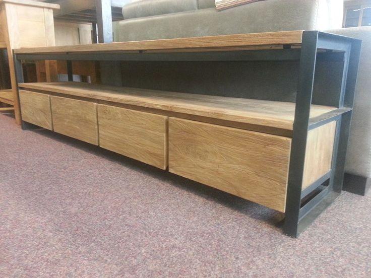 Industrieel tv meubel. Dit tv meubel is op maat gemaakt, een goed voorbeeld van teak op maat. Voor meer moderne tv meubelen bezoek onze winkel.