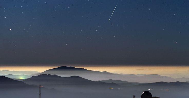 METEORO NO DESERTO - Um meteoro foi registrado em janeiro no observatório La Silla, do ESO (Observatório Europeu do Sul), no deserto do Atacama, Chile. A fotografia impressionou amantes de astronomia por juntar com perfeição imagens do espaço e da Terra, mostrando as estrelas e o rastro de luz esverdeado do meteoro Geminid, além de montanhas e as cúpulas do observatório. O ESO afirmou que o céu escuro e o ar limpo do Atacama tornam o local ideal para observações astronômicas