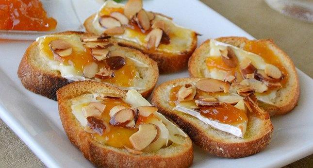 Apricot Brie Crostini | Yum | Pinterest