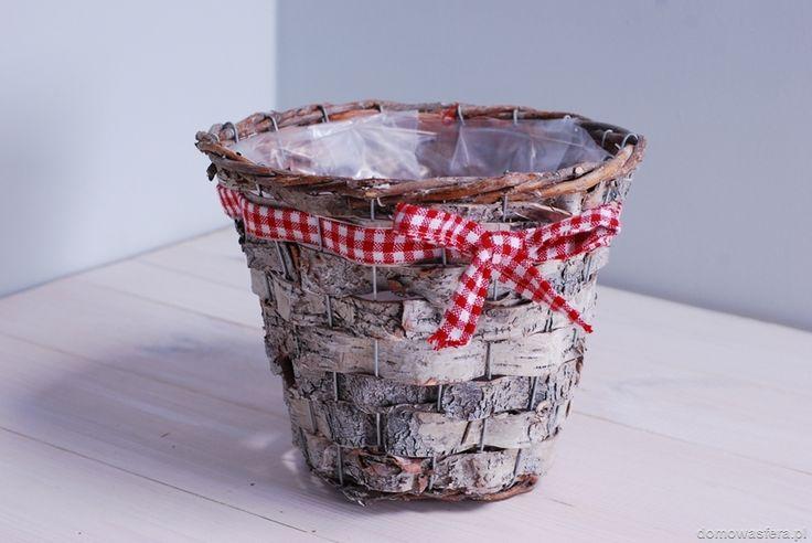 Piękna doniczka wykonana z pasków kory brzozowej osadzonych w metalowym koszu. Przyozdobiona czerwono-białą kokardą w kratkę. Wnętrze doniczki wyścielone jest wodoodpornym tworzywem, dlatego doniczkę można bezpośrednio wypełnić ziemią. Idealna dla fanów natury.