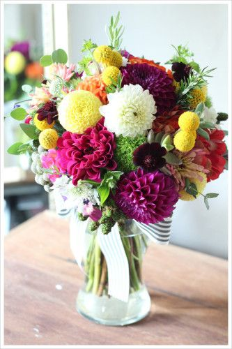 ピンクやワイン、ホワイト、イエロー等カラフルなダリアを合わせた、カラフルで個性派クラッチブーケ。 黒×白のストライプのリボンでおしゃれでスタイリッシュな印象をプラス。 ぽんぽんみたいな丸い形がかわいいグラスペディアをアクセントに。 colorful clutch bouquet,modern,stylish,dahlia,Craspedia ◆  kukka design ◆ 東京・三軒茶屋にあるウェディングフラワーのオーダーメイ ドアトリエ http://www.kukka-flowers.com
