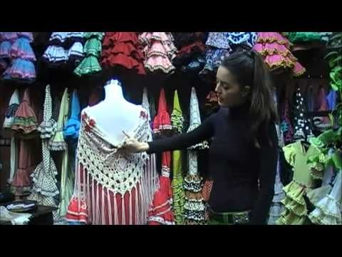 Tres formas de colocarte el mantón de flamenca - YouTube