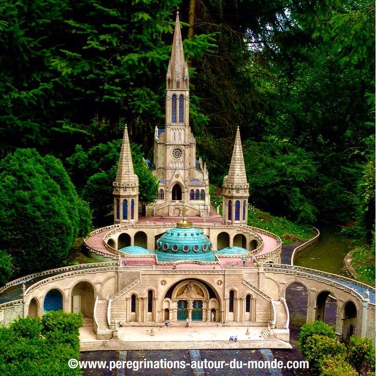 Cathédrale de Lourdes dans le parc France miniatures