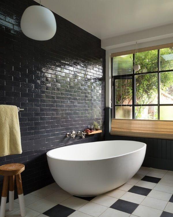Плитка под кирпич на стене в интерьере ванной комнаты
