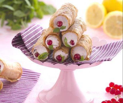 Cannoli di pasta phillo con meringa ai frutti rossi