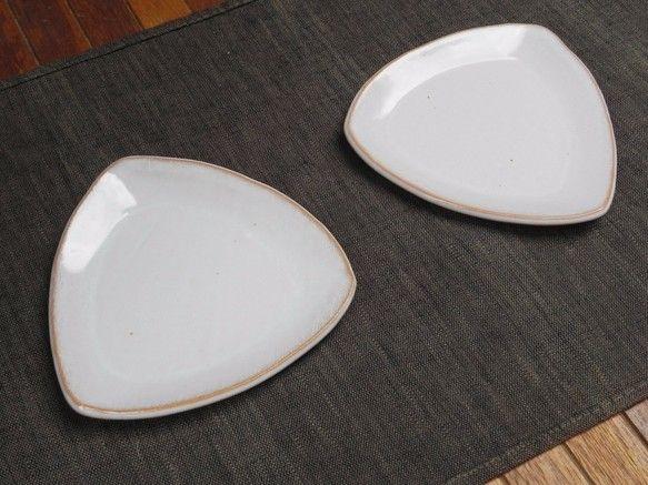 萩焼・三角の小皿(白)サイズ、13cm×13cm。