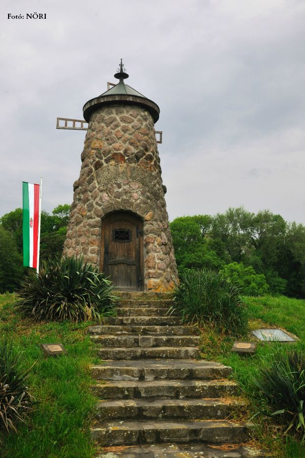 A hely, ahol Kölcsey megírta a Himnuszt, egy kegyhely, mely egy királyi látomásból épült, egy kápolna az agancsán égő gyertyákkal megjelent szarvas tiszteletére, egy épület, mely a történelmi Magyarország közepét jelöli.