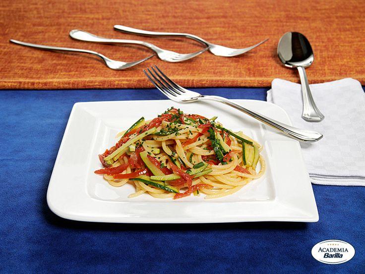 Troccoli Barilla con aglio, olio, pomodorini datterini e filetti di zucchine