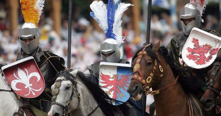 Tipos de escudos da era medieval. Os escudos são uma das formas mais antigas de defesa inventadas. Na Idade Média, cavaleiros e outros guerreiros carregavam escudos feitos de madeira, metal ou couro em seus braços para se defenderem de clavas, machados, lanças e flechas. Os padrões coloridos eram usados como identificação.