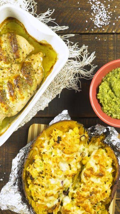 Receta con instrucciones en video: Pollo Relleno con Pesto y Queso acompañado de una Batata Rellena de Vegetales Gratinados Ingredientes: 2 pechugas de pollo, 1 atado de albahaca fresca, Aceite...