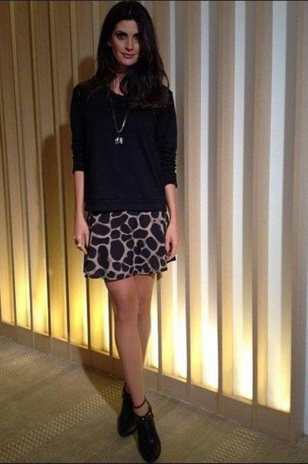 Saia estampada de Isabella Fiorentino deixa look simples sofisticado