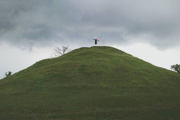 Bentuk candi yang unik yakni menyerupai bukit lengkap dengan rerumputan berwarna hijau seperti karpet yang menutupi sehingga jika dilihat dari jauh nampak mirip seperti gundukan tanah atau bukit kecil. Bahkan tak jarang banyak Dolaners yang menyebutnya sebagai bukit teletubies, karena memang bentuknya yang mirip dengan sebuah bukit yang ada di film anak-anak tersebut.[Photo by instagram.com/fuarrr]