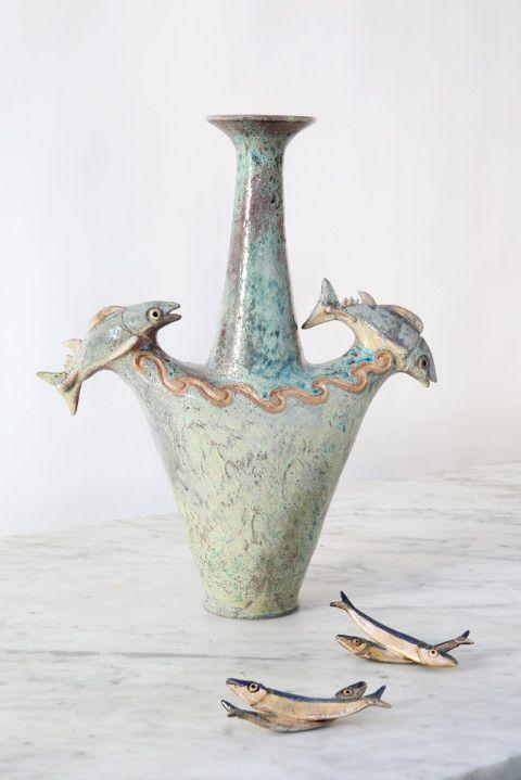 Due tonnetti che saltano tra le onde del mare, vaso di Lucio Liguori.