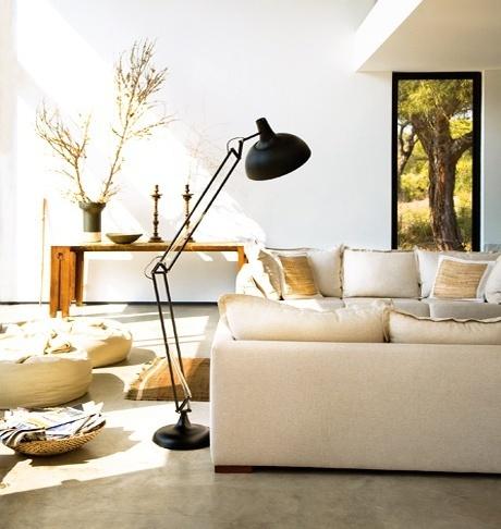 Moderna a luminária de chão direciona a  luz  sobre o sofá. Ideal par leitura ou trabalhos manuais. �