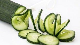 Zeleninové smoothie s mrkví a okurkou.1 šálek jablečná šťáva, 1 šálek nakrájená jablka, 1/2 šálek nakrájená mrkev, 1/2 šálek nakrájená okurka, 2 šálky led, 1 špetka muškátový oříšek, 1 špetka skořice. Všechny ingredience důkladně omyjeme a očistíme od slupek. Vše nasypeme do mixéru nebo použijeme tyčový mixér. Postupně přiléváme jablečnou šťávu a nakonec přidáme led. Muškátový oříšek a skořice dodají smoothie příjemné aroma. Vše důkladně ještě nakonec promixujeme.