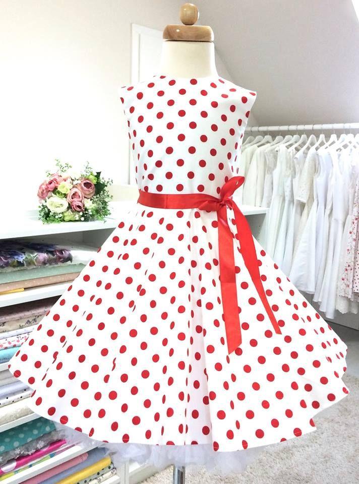 Originální puntíkaté dětské šatičky jsou ušité v retro stylu s kolovu sukní.  Šaty jsou focené se spodničkou 18ceb1072e