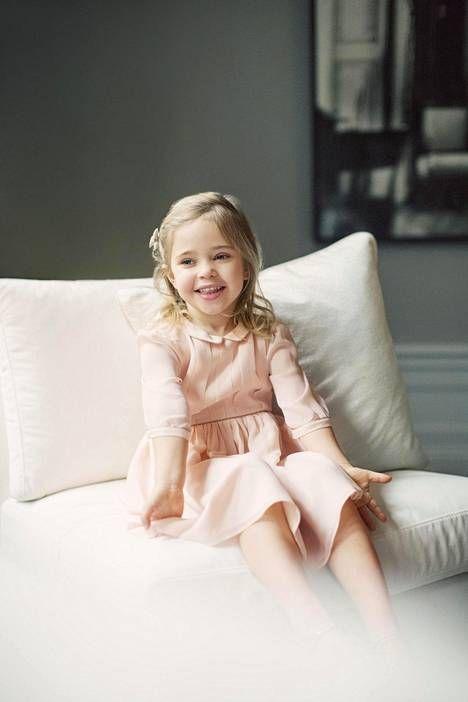 Prinsessa Leonore poseeraa syntymäpäiväkuvissaan suloisena.