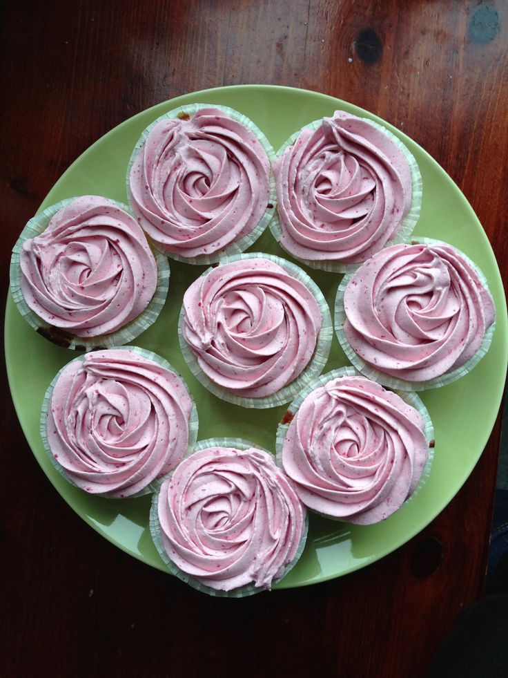 pIdag har vi prøvebagt/prøvesmagt cupcakes til brylluppet og de er tilmed blevet teste på to meget søde gæster og blevet godkendt! Så nu er der altså styr på det, hvilket giver lidt ro i sindet. Hvis du kære læser, skal med til vores bryllup, så lad lige være med at /p