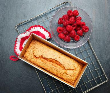Enkel och snabblagad kaka att servera som efterrätt eller som fika. Denna mumsiga snabbkaka gör du på ägg, socker, smör, mjöl och garnerar med bär som exempelvis vinbär eller hallon.