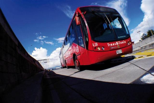 TransMilenio es un modelo de transporte que funciona con tecnología Euro5, lo que disminuye las emisiones de C02 a la atmósfera.