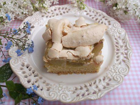 Pyszne kruche ciasto z rabarbarem i bezową pianką. Przekonaj się!