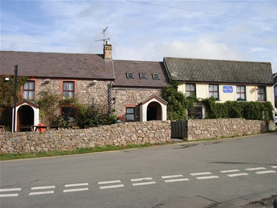 The King's Head Pub, Llangennith - A row of three 17th century buildings behind a splendid rough stone wall make up the Kings Head which stands opposite the largest church on the Gower peninsula. From the village there is easy access to Llangennith beach, where the sand stretches to Rhosilli, nearly four miles away. Home cooked Thai food is something of a speciality here and the Indian dishes and pizzas are also very popular as is old fashioned British cooking.