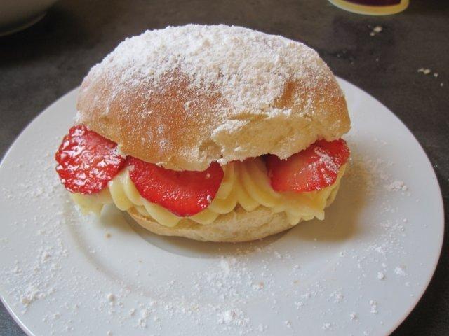 Puddingbroodje met aardbeien