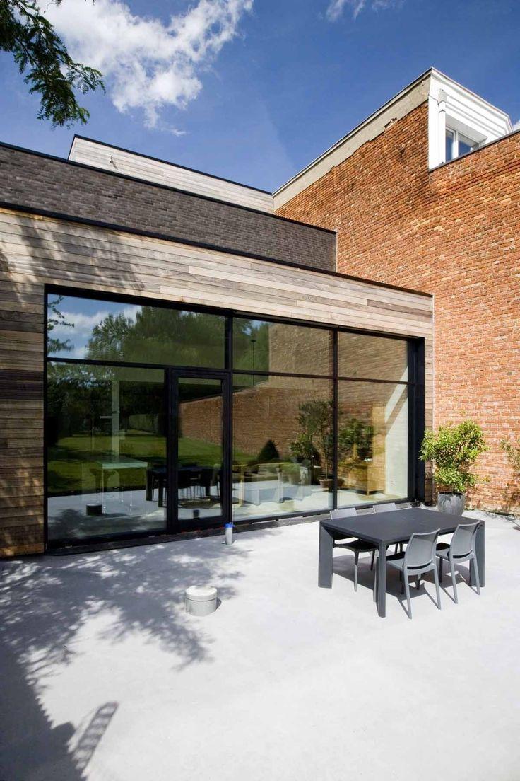 De royale raampartij in de achtergevel laat de woning in de winter volop genieten van zonnewarmte.